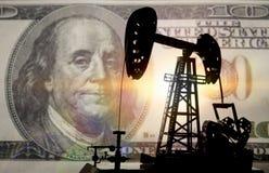 Konzeptöl und -dollar Installation für die Bohrung eines Pumpenöls gegen einen Hintergrund von hundert Dollar eine Banknote, Geld stockbilder