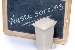 Konzept über den Abfall, der mit einem Abfalleimer sortiert Lizenzfreies Stockfoto