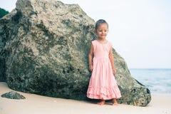 Konzept, abstraktes Bild des schönen kleinen Mädchens am Strand Stockbild