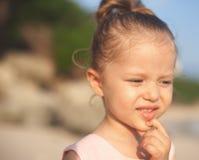 Konzept, abstraktes Bild des schönen kleinen Mädchens am Strand Lizenzfreies Stockbild