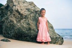Konzept, abstraktes Bild des schönen kleinen Mädchens am Strand Lizenzfreies Stockfoto
