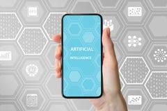 Konzept AI/der künstlichen Intelligenz Übergeben Sie das Halten des modernen frameless Smartphone vor neutralem Hintergrund mit I lizenzfreie stockfotos