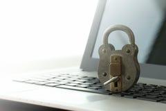 Konzept-altes Vorhängeschloß und Schlüssel der Internet-Sicherheit auf Laptop-Computer Lizenzfreies Stockbild