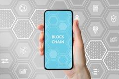 Konzept Blockchain und des cryptocurrency Übergeben Sie das Halten des modernen Einfassung-freien Smartphone vor neutralem Hinter Stockfotos
