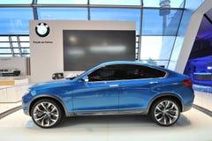 Konzept BMWs X4 auf Anzeige an BMW-Welt Stockbilder