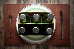 Konzept, das Alkoholismus auf einer lustigen Weise darstellt Stockbild