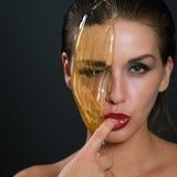 Konzept, das epilation Hautpflege mit flüssigem Zucker nahe Gesicht zuckert Lizenzfreies Stockfoto
