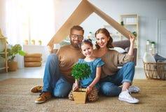 Konzept, das junge Familie unterbringt Muttervater und -kind im neuen Haus mit Dach zu Hause stockbilder