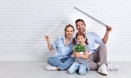 Konzept, das junge Familie unterbringt Muttervater und -kind in neuem h Lizenzfreies Stockbild