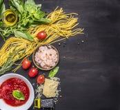 Konzept, das Teigwaren mit Garnele, Tomatenkonzentrat, Käse und Kräutern auf hölzerner rustikaler Draufsichtgrenze des Hintergrun Lizenzfreies Stockfoto