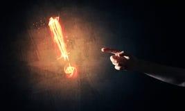 Konzept der Aufmerksamkeit oder der Interpunktion mit brennendem Ausruf Mrz Stockfoto