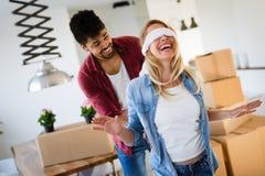Konzept der Ausgangs-, Leute-, beweglicher und Immobilien - Paar in der Liebe, die einzieht Stockfotografie
