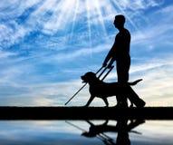 Konzept der Blinde mit Blindenhund Lizenzfreie Stockfotografie
