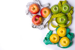 Konzept der Diät, Äpfel mit dem messenden Band lokalisiert auf Weiß, t Stockfotos