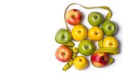 Konzept der Diät, Äpfel mit messendem Band auf Weiß, t Lizenzfreie Stockbilder