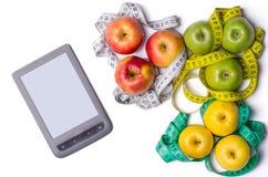 Konzept der Diät, Tablette, Äpfel mit dem messenden Band an lokalisiert Lizenzfreie Stockfotografie