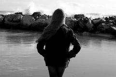 Konzept der Einsamkeits- und Traurigkeitsfrau vor dem mittleren Schuss des Ozeans Schwarzweiss stockfotos