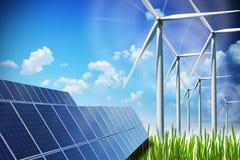 Konzept der erneuerbaren Energie mit Sonnenkollektoren und Windkraftanlagen auf grünem Feld Lizenzfreies Stockbild
