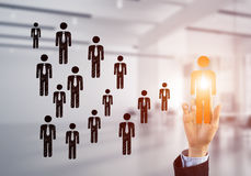 Konzept der Führung und des Teamworkings mit vielen Ikonen und eine von ihnen heraus stehend Stockbild