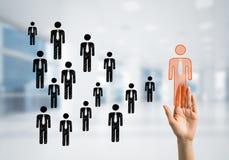 Konzept der Führung und des Teamworkings mit vielen Ikonen und eine von ihnen heraus stehend Lizenzfreies Stockbild