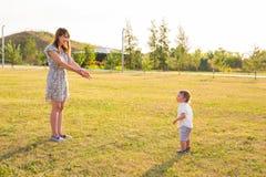 Konzept der Familie - Mutter- und Kindersohn draußen im Sommer stockbild