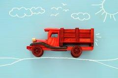 Konzept der Fantasie, der Kreativität, des Träumens und der Kindheit Altes hölzernes Spielzeugauto mit Informationsgraphikskizze  stockfotos
