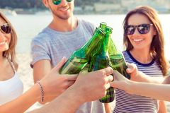 Konzept der Feier und der Freundschaft Gruppe glückliches lächelndes yo lizenzfreies stockfoto