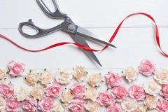 Konzept der festlichen Eröffnung mit den Scheren, die rotes Band auf Weiß schneiden Stockfotografie