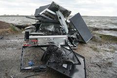 Konzept der Freiheit von der Computersucht - Mann bricht Zentraleinheit eines Computers mit einem Hummer draußen, See mit stockbild