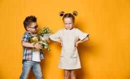 Konzept der Freundschaft, Streit, Datum stockbilder