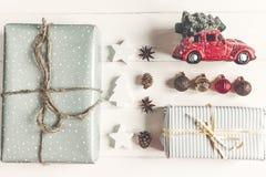Konzept der frohen Weihnachten, flache Lage moderne Geschenke mit Auto carr Stockfotografie