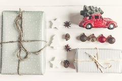 Konzept der frohen Weihnachten, flache Lage moderne Geschenke mit Auto carr Stockbild