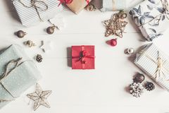Konzept der frohen Weihnachten, flache Lage moderne rote anwesende Verzierungen Stockbild