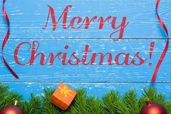 Konzept der frohen Weihnachten Weihnachtstannenbaum auf hölzernem Schreibtisch Lizenzfreies Stockfoto