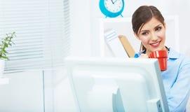 Konzept der Geschäftsfrau-Zeit heraus, rote Kaffeetasse Brechen Sie die Arbeit Lizenzfreie Stockbilder