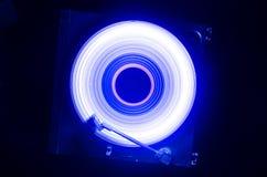 Konzept der Geschwindigkeit - Spur des Feuers und des Rauches - Vinylaufzeichnung Brennende Vinylscheibe Drehscheibenvinylrekords lizenzfreies stockbild