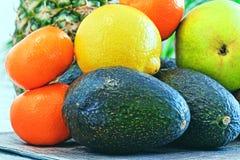 Konzept der gesunden Ernährung des nährenden Lebensstils: Avocado, Zitrone, Lizenzfreies Stockfoto