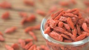 Konzept der gesunden Ernährung und der Diät - getrocknete goji Beeren stock video footage