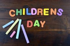 Konzept der glückliche Kinder Tagesmit bunten Spielbuchstaben lizenzfreie stockfotos