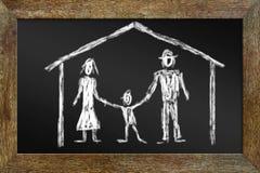 Konzept der glücklichen Familie Zeichnen mit Kreide auf der Tafel Lizenzfreie Stockbilder