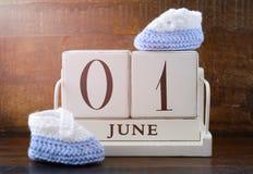 Konzept der glückliche Kinder Tagesmit Juni tragen zuerst ein Stockfoto
