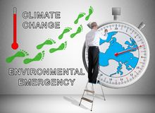 Konzept der globalen Erwärmung gezeichnet von einem Mann auf einer Leiter Lizenzfreie Stockfotos
