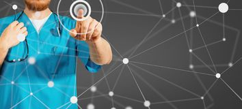 Konzept der globalen Medizin und des Gesundheitswesens Medizindoktorhand, die mit modernem Computerschnittstellenkonzept auf schw lizenzfreie stockfotos