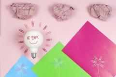 Konzept der großartigen Idee mit zerknittertem buntem Papier und Glühlampe auf hellem Hintergrund Kreative Geistesblitzkonzept-Ge Lizenzfreies Stockfoto