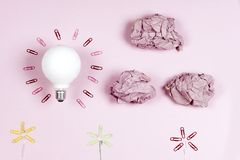 Konzept der großartigen Idee mit zerknittertem buntem Papier und Glühlampe O stockfotografie