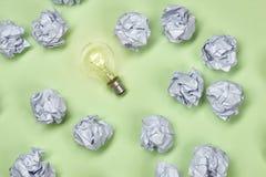 Konzept der großartigen Idee mit zerknitterter Papier- und Glühlampe Stockfotos