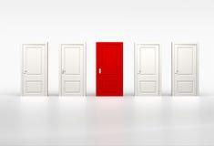 Konzept der Individualität und der Gelegenheit Rote Tür in der Reihe von whi Stockfoto