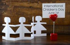 Konzept der internationale Kinder Tagesmit Papierpuppen Stockbild