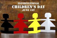 Konzept der internationale Kinder Tagesmit Papierpuppen Stockbilder