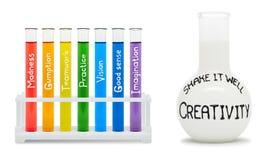Konzept der Kreativität mit farbigen Flaschen. lizenzfreie stockfotografie
